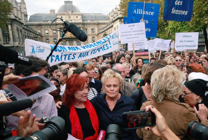 La comédienne Muriel Robin entourée de plus d'un millier de femmes, rassemblées samedi 6 octobre à Paris pour demander que cessent les violences conjugales.