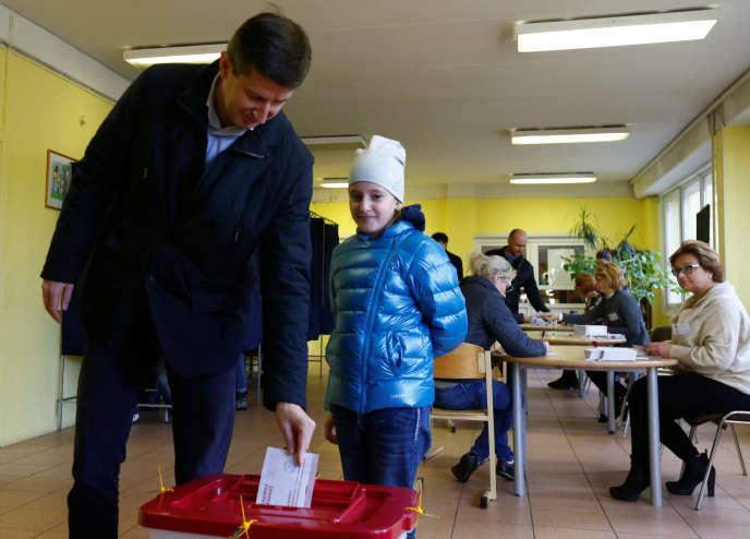 Le candidat au poste de premier ministre du parti Harmonie, Vjaceslavs Dombrovskis, lors du vote à Riga, le 6 octobre.
