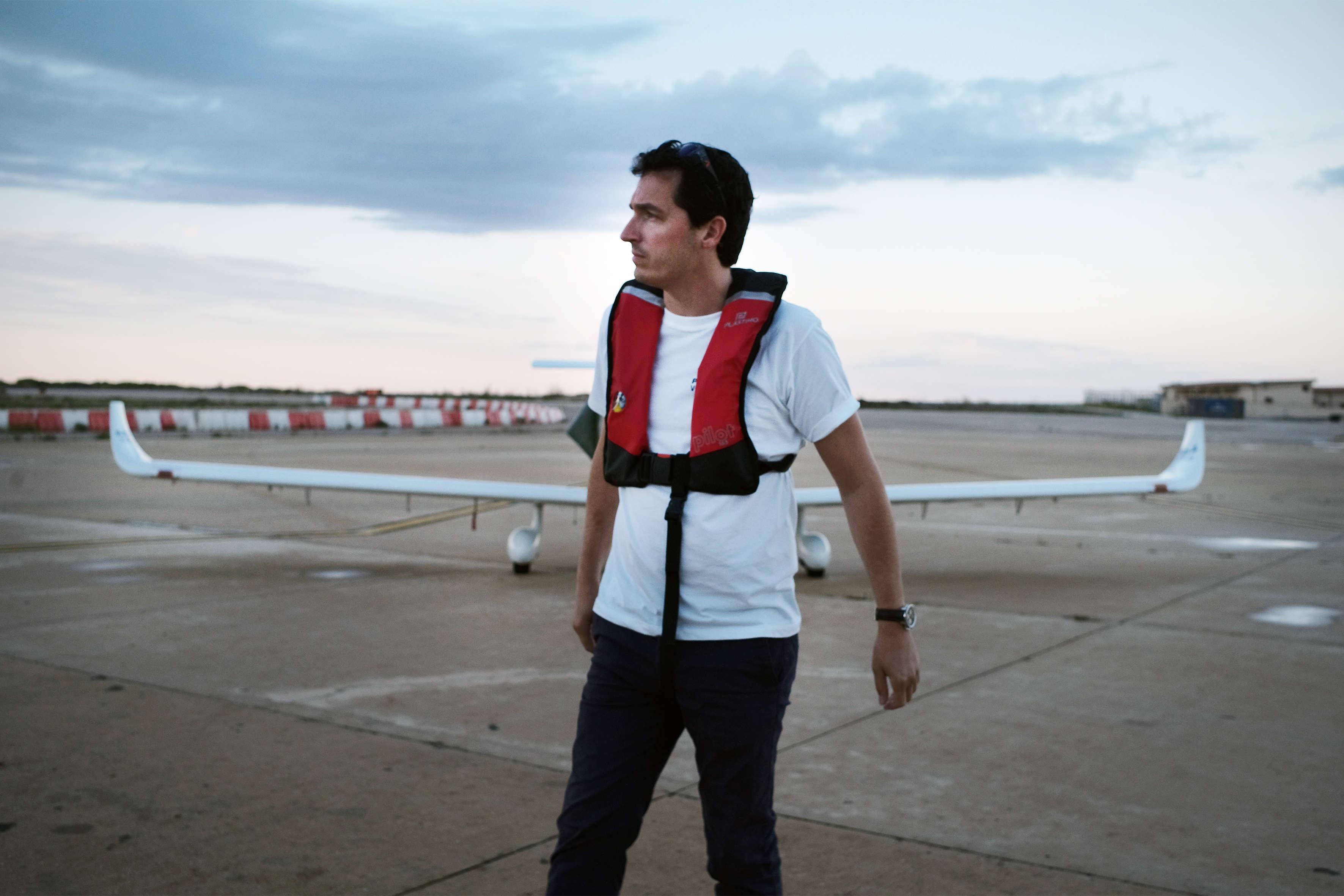 Le photographe Samuel Gratacap a pris son envol avec des bénévoles de l'ONG Pilotes volontaires à la recherche d'embarcations en détresse au large des côtes libyennes.  SAMUEL GRATACAP / « LE MONDE »