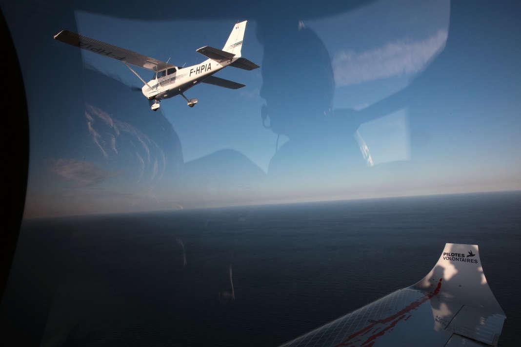 A l'intérieur du « Colibri 2 » lors d'une mission de recherche et de sauvetage de personnes en détresse en Méditerranée centrale par l'ONG Pilotes volontaires. Le 5 octobre 2018 au large de la Libye. SAMUEL GRATACAP / « LE MONDE »