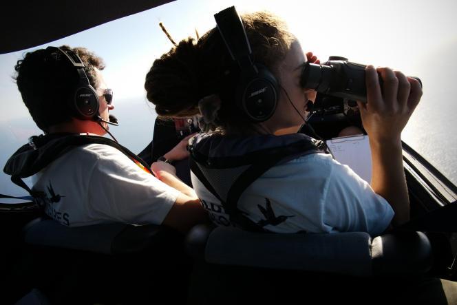 Le pilote Benoît Micolon et la TACO (tecnical coordinator) Carola Rackete à l'intérieur du «Colibri 2» lors d'une mission de recherche et de sauvetage de personnes endétresse en Méditerranée centrale par l'ONG Pilotes volontaires. Le5octobre2018 au large de la Libye.