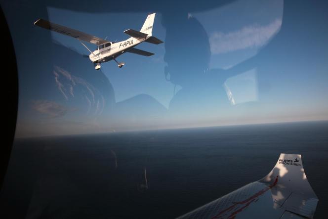 A l'intérieur du «Colibri 2» lors d'une mission de recherche et de sauvetage de personnes en détresse en Méditerranée centrale par l'ONG Pilotes volontaires. Le5octobre 2018 au large de la Libye.