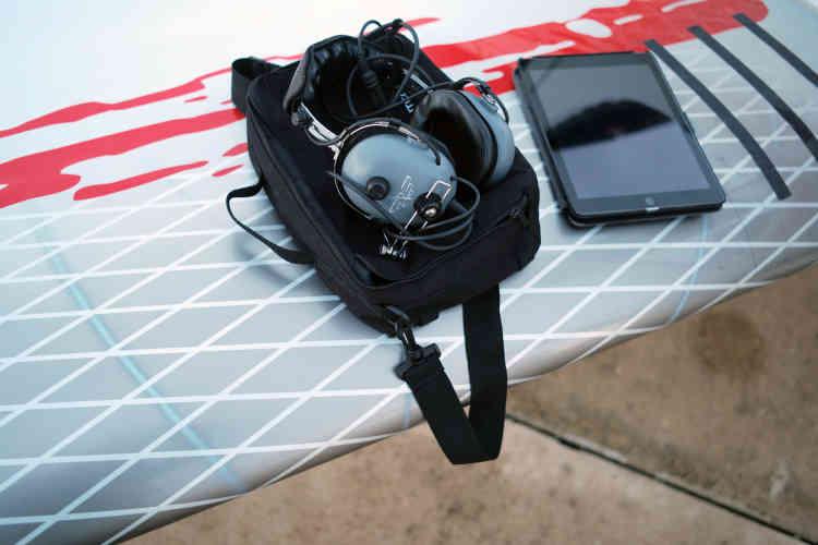 Le casque de communication et la tablette sur une des ailes du «Colibri 2», indispensables pour lancer les missions de recherches de personnes en détresse.