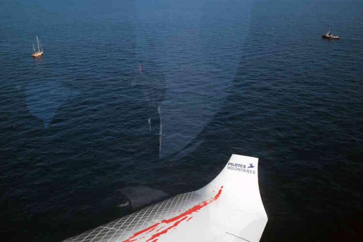 Vue sur les bateaux humanitaires «Astral» (Open Arms) et le «Mare-Iono» depuis l'intérieur du «Coilibri 2», le 5 octobre.