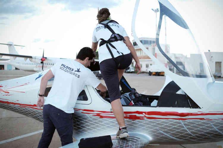 Benoît Micolon et Carola Rackete, montant à bord de «Colibri 2» pour une mission de recherche de personnes en détresse en Mediterranée centrale, le 5 octobre 2018.