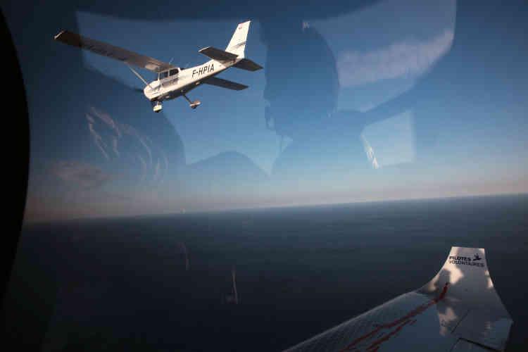 Le petit aéronef – moins de 7 mètres de long – met le cap plein sud. Il s'éloigne de Lampedusa, caillou italien posé au milieu de la Méditerranée, porte de l'Europe malgré lui.