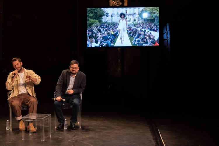 Simon Jacquemus,jeune créateur et enfant chéri de la mode française, et Frédéric Godart, professeur à HEC, auteur de«Sociologie de la mode». Ils participaient au débat« Déshabillez-les!» au Théâtre des Bouffes du Nord.