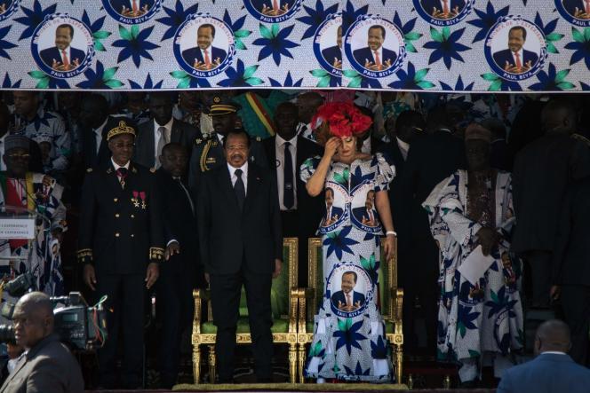 Le président camerounais, Paul Biya, et sa femme Chantal, lors d'un meeting électoral au stade Maroua, au nord du Cameroun, le 29 septembre.