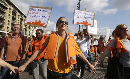 Vêtues en orange, couleur de l'«Aquarius» et portant des gilets de sauvetage, des milliers de personnes se sont rassemblées, comme ici à Marseille, pour soutenir les opérations de sauvetage de migrants en Méditerranée.