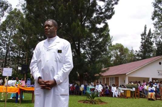 Le gynécologue Denis Mukwege devant l'hôpital de Panzi, situé près de Bukavu, en République démocratique du Congo, le 18 mars 2015.