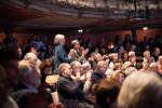 Des spectateurs applaudissent à la fin du débat «A quoi sert un musée ?» au Monde Festival 2018, aux Bouffes du Nord, à Paris, le 6 octobre.
