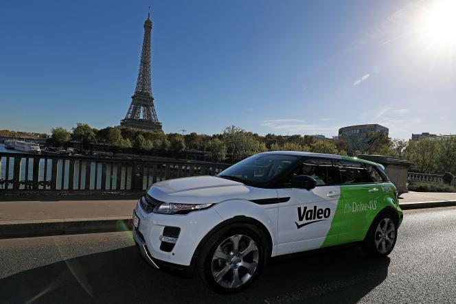 La voiture autonome de l'équipementier automobile français Valeo, en test à Paris, le 25 septembre.