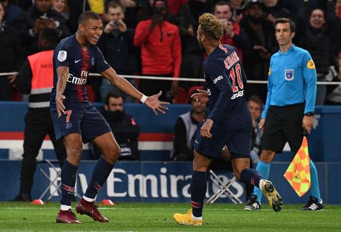 Auteur d'un quadruplé lors de la victoire du PSG contre Lyon (5-0), dimanche 7octobre, Kylian Mbappé célèbre l'un de ses buts avec le Brésilien Neymar.