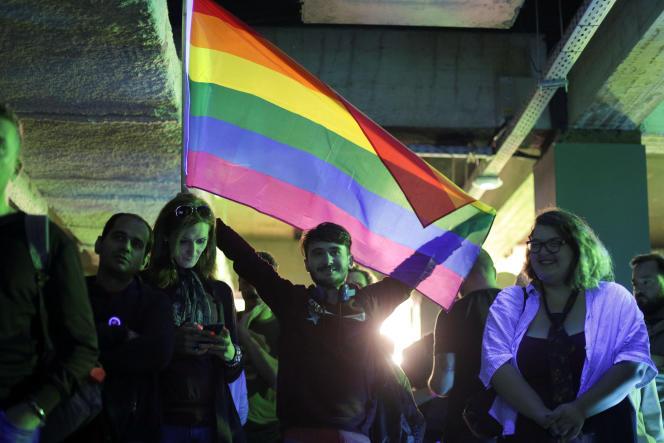 Des militants LGBT mobilisés contre le référendum visant à pérenniser l'interdiction du mariage homosexuel, en Roumanie, dimanche7 octobre.