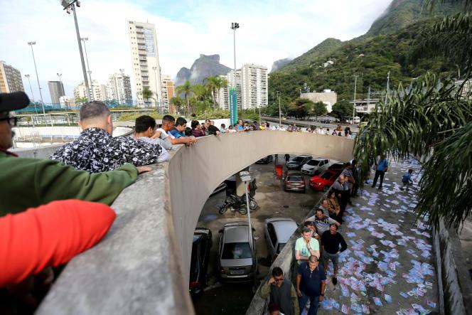 Sous la surveillance de quelque 280 000 policiers et militaires, les premiers bureaux de vote ont ouvert à 8 heures locales (11 heures GMT) pour les 147 millions d'électeurs brésiliens.Une demi-heure plus tard, des files d'attente de dizaines d'électeurs s'étaient formées dans le centre de Sao Paulo ou de Rio, à Copacabana, selon des journalistes de l'AFP. Les derniers bureaux fermeront à 19 heures (22 heures GMT) et les résultats définitifs sont attendus dans les deux heures.