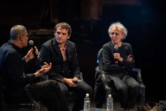 Abdellatif Kechiche, Serge Bozon et Claire Denis lors du débat «Le cinéma à l'épreuve de la chair» au Théâtre des Bouffes du Nord, lors du Monde Festival 2018, dimanche 7 octobre.