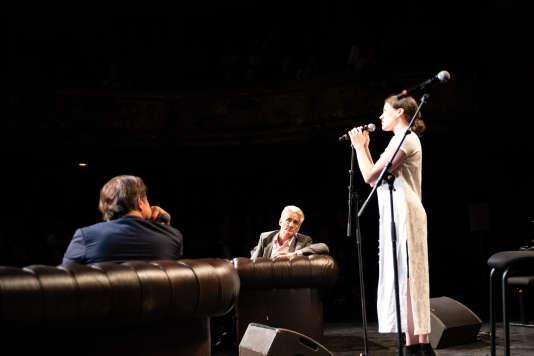 Clara Ysé et André Comte-Sponville lors de la Nuit de l'amour et des idées au Monde Festival 2018, au Théâtre des Bouffes du Nord, dans la nuit du 6 au 7 octobre.