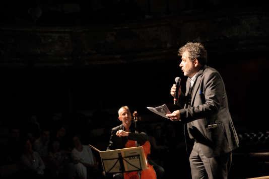 Hector Obalk et Florien Carrière lors de la Nuit de l'amour et des idées aux Bouffes du Nord, à Paris.