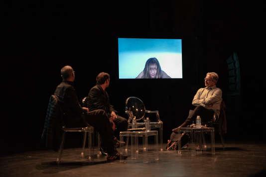 Abdellatif Kechiche, Serge Bozon et Jacques Mandelbaum regardent des extraits de films lors du débat «Le cinéma à l'épreuve de la chair» auMonde Festival2018.