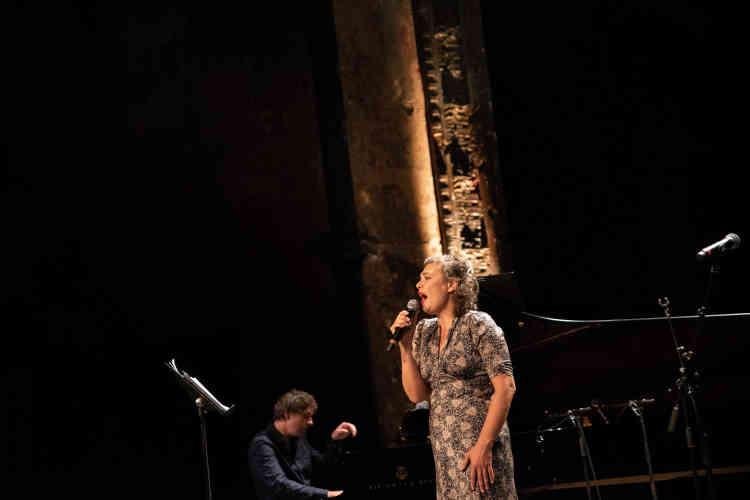 La chanteuse Rosemary Standleyen «Queen of Heart»,accompagnée au piano par Sylvain Griotto. Lors de la Nuit de l'amour et des idées, elle a interprété, entre autres, Bashung et Nina Simone.