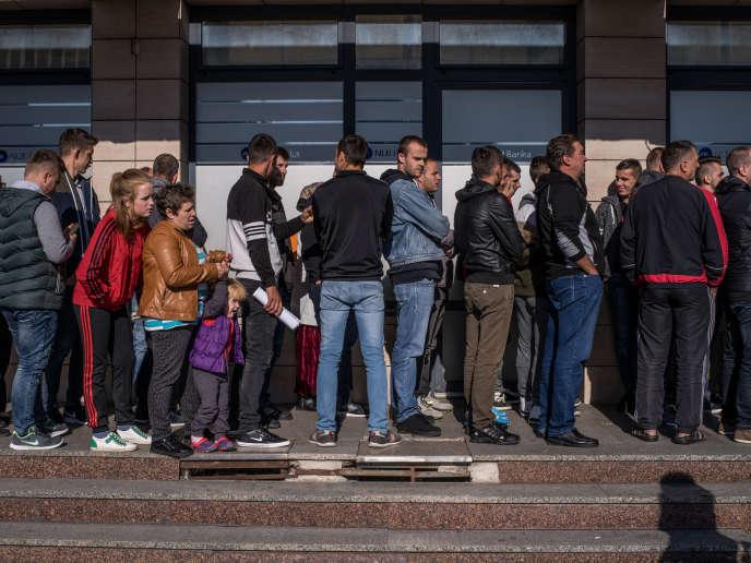Devant le consulat de Slovénie à Banja Luka, la file d'attente pour obtenir unvisa de travail afin de quitter la Bosnie, le 26 septembre.