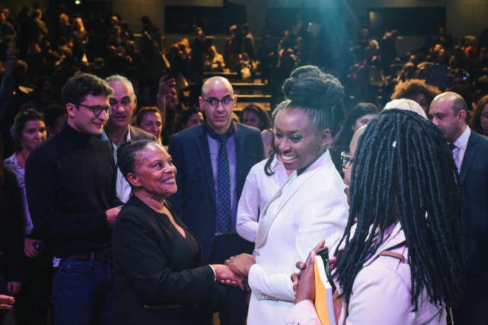 L'écrivaine nigériane Chimamanda Ngozi Adichie rencontre la femme politique Christiane Taubira après sa conférence, le 7 octobre lors de l'édition 2018 de Le Monde Festival à l'Opera Bastille à Paris.