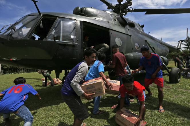 Distribution d'aide à Poroo, en Indonésie, le 7 octobre.