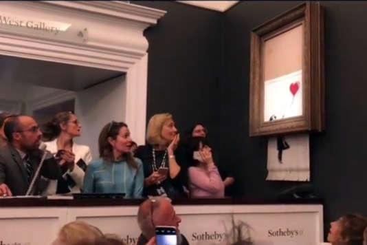 L'auto-destruction partielle de « La petite fille au ballon rouge »par Banksy, chez Sotheby's, à Londres, le 5 octobre.