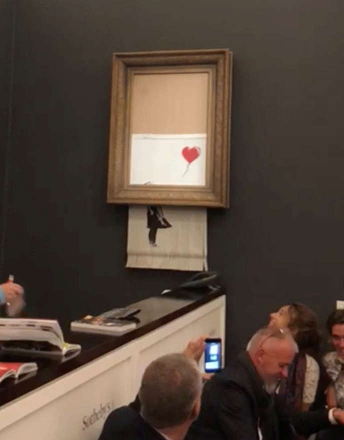 L'auto-destruction de « Girl With Balloon » par Banksy, à la salle de vente aux enchères Sotheby's, à Londres, le 8 octobre.