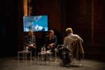 Abdelatif Kechiche, Serge Bozon et Jacques Mandelbaum regardent des extraits de films lors du debat, Le cinema à l'epreuve de la chair. Le Monde festival 2018, les Bouffes du Nord, 7 octobre.Le Monde festival 2018, les Bouffes du Nord, 7 octobre.