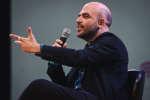"""L'écrivain italien Roberto Saviano pendant sa rencontre avec le public le 7 octobre lors de l'édition 2018 de """"Le Monde Festival"""" au à l'Opera Bastille à Paris. Lucas Barioulet pour Le Monde"""