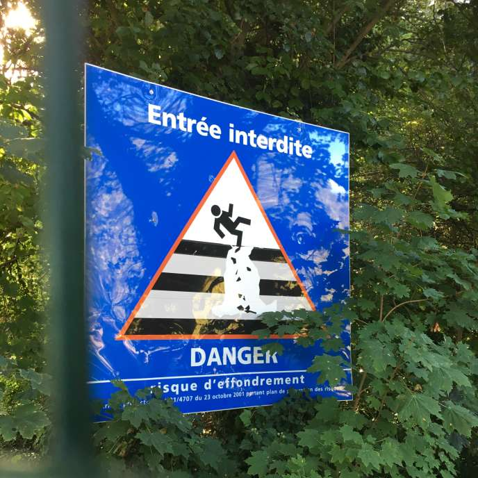 Un des panneaux interdisant l'accès à la forêt de la corniche des Forts, à Romainville.