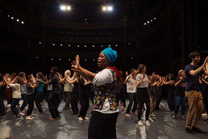 La chorégraphe Chantal Loïal (au premier plan) fait danser le public du Monde Festival sur la scène du Palais Garnier, le 7 octobre 2018.