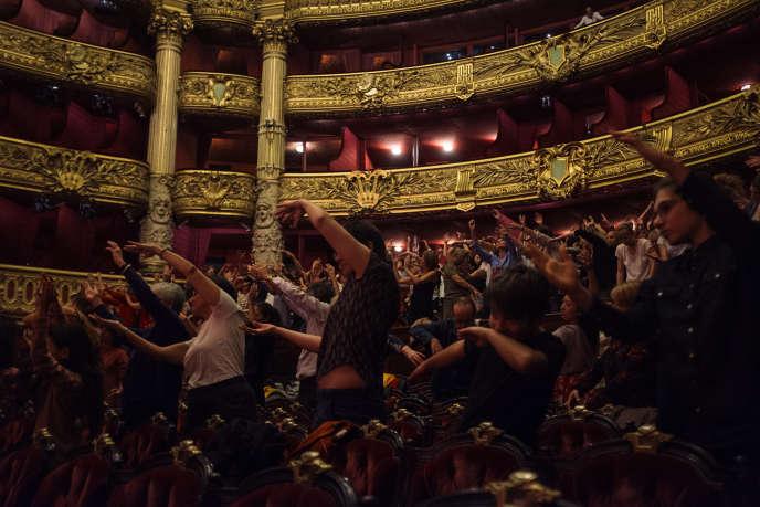 Performance animée par Chantal Loïal, et José Montalvo, avec la participation du public, dans la grande salle du Palais Garnier lors du Monde Festival, le 7 octobre.