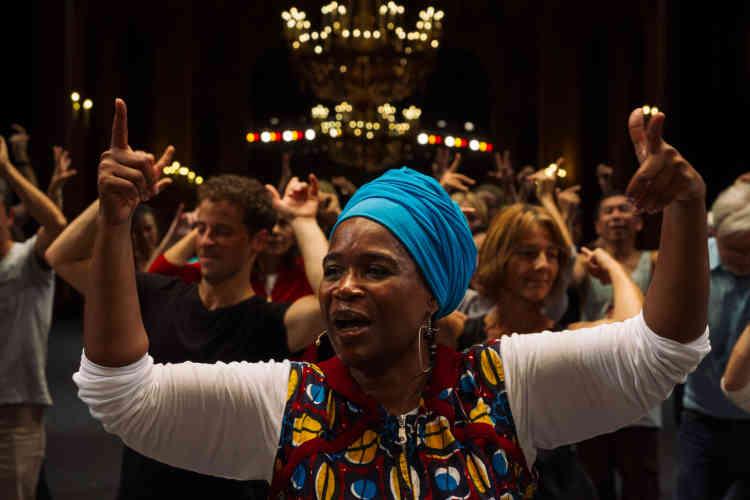 Dans la grande salle du Palais Garnier, une performance animée par la danseuse et chorégrapheChantal Loïal et le metteur en scèneJosé Montalvo. Une danse participative, exercice joyeux et créatif évoquant le bal populaire.