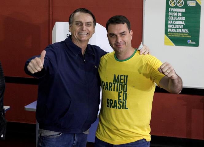 Le candidat d'extrême droite à la présidence du Brésil, Jair Bolsonaro, avec son fils Flavio, après leur vote, à Rio de Janeiro, le 7 octobre.