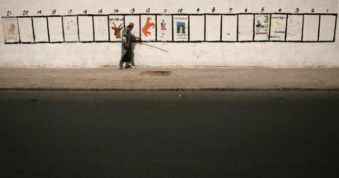 Un non-voyant dans une rue de Rabat, en août 2007.