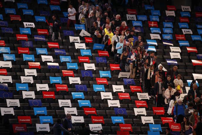 Arrivée des sympathisants du mouvement En Marche ! au meeting de campagne d'Emmanuel Macron, à l'AccorHotels Arena de Paris, le 17 avril 2017.