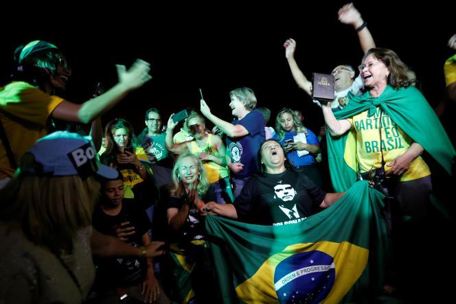 Ses partisans célèbrent le résultat du candidat d'extrême droite Jair Bolsonaro au premier tour de la présidentielle, à Brasilia, le 7 octobre.