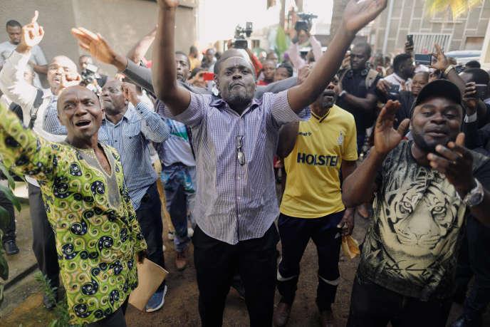 Des militants duMouvement pour la renaissance du Cameroun (MRC) à Yaoundé, le 8 octobre.