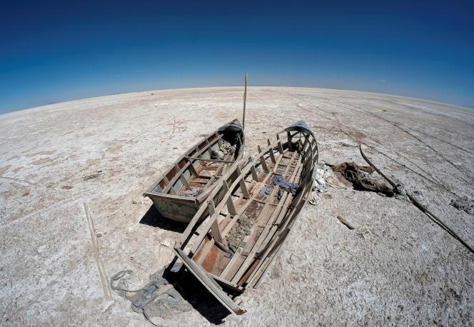 Barques de pêcheurs abandonnées sur le lacPoopo asséché, en Bolivie, le 1er septembre 2017.