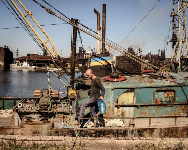 Le port de pêche de Marioupol. En arrière-plan, l'usine métallurgique Azovstal.