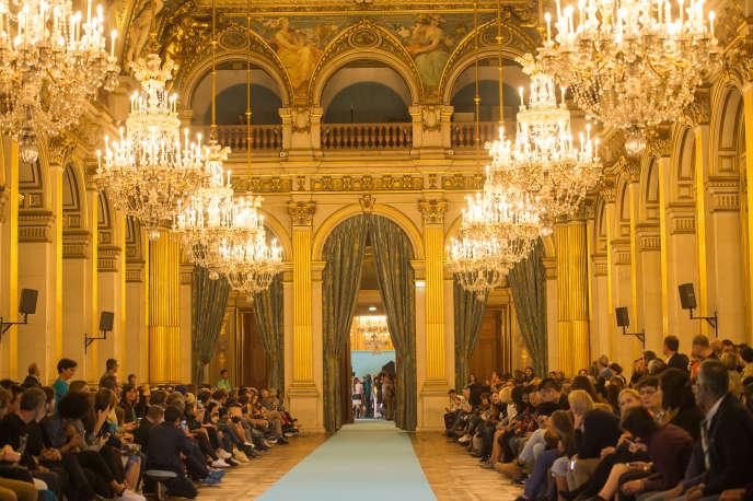 Défilé Andrea Crews à l'Hôtel de ville de Paris, samedi 6 octobre.