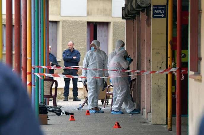 Les enquêteurs sur les lieux de la fusillade, au bar Le Papus, dans le quartier la Faourette de Toulouse, le 8 octobre.