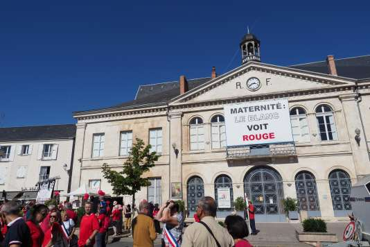Manifestation devant la mairie du Blanc (Indre), le 15 septembre.