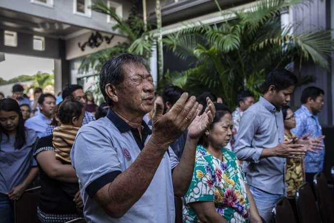 Des chrétiens prient dans une église pentecôtiste de Palu, dimanche 7 octobre.