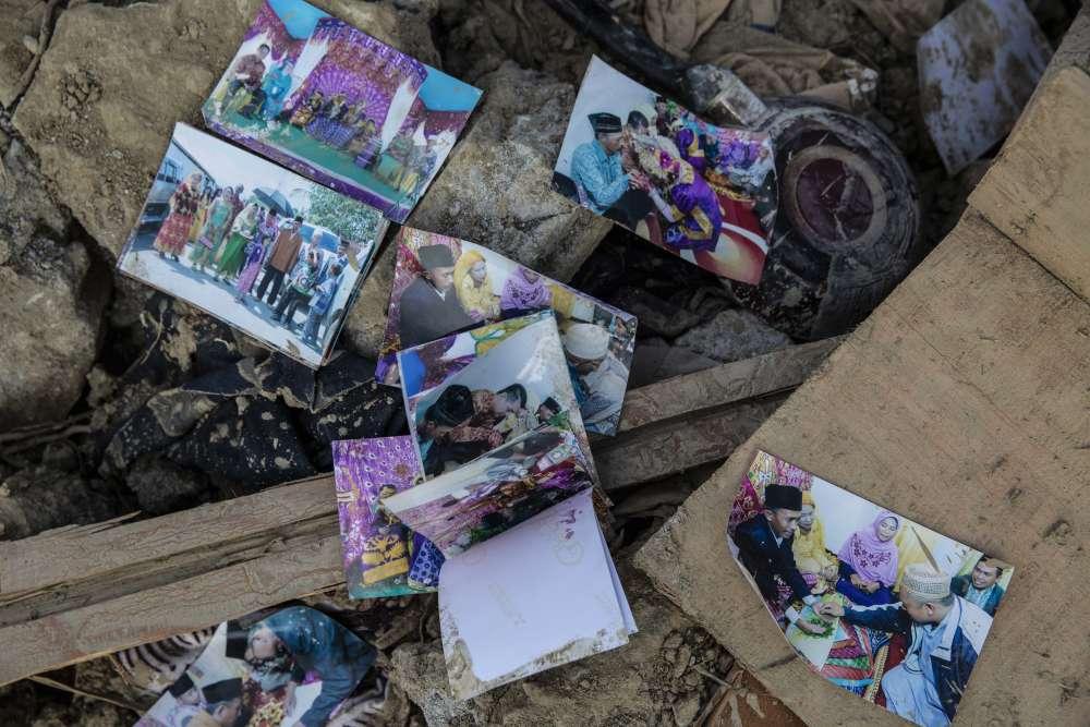 Des photos de famille retrouvées dans les ruines de Petobo, un village complètement détruit par le séisme.