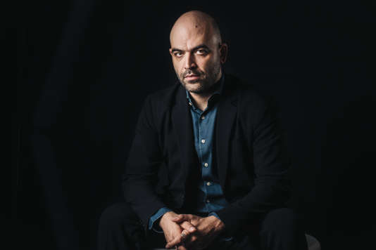 L'écrivain italien Roberto Saviano pose avant sa rencontre avec le public, le 7 octobre, lors de l'édition 2018 du Monde Festival à l'Opéra Bastille à Paris.