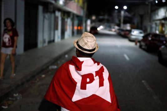 Un militant du Parti des travailleurs (PT) brésilien, à Fortaleza, le 7 octobre. Le représentant du PT à la présidentielle,Fernando Haddad, a été largement devancé au premier tour par Jair Bolsonaro, candidat de l'extrême droite.
