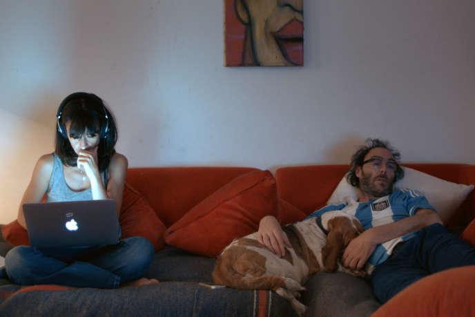 Romane Bohringer et Philippe Rebbot avec le basset Lady, dans leur film «L'Amour flou».